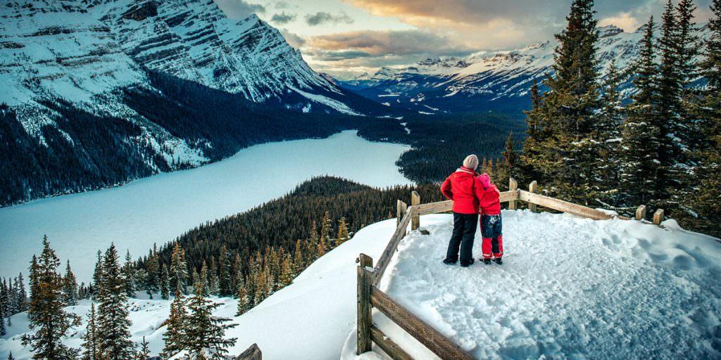 луди на оглядовому майданчику у горах взимку