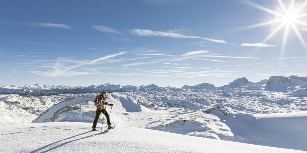 людина на снігоступах у горах
