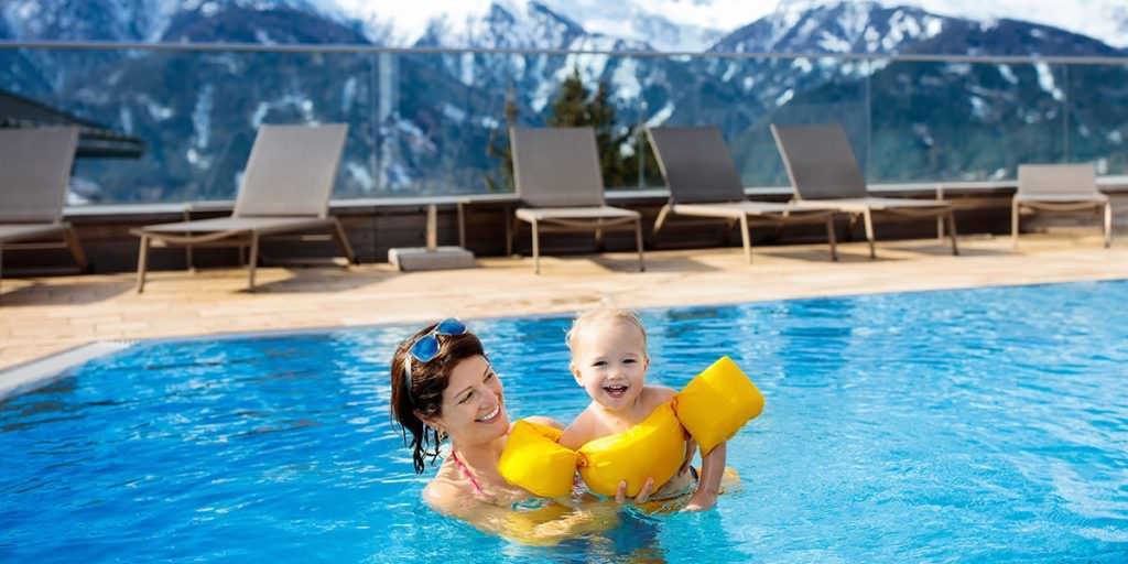 мама з дитиною в басейні