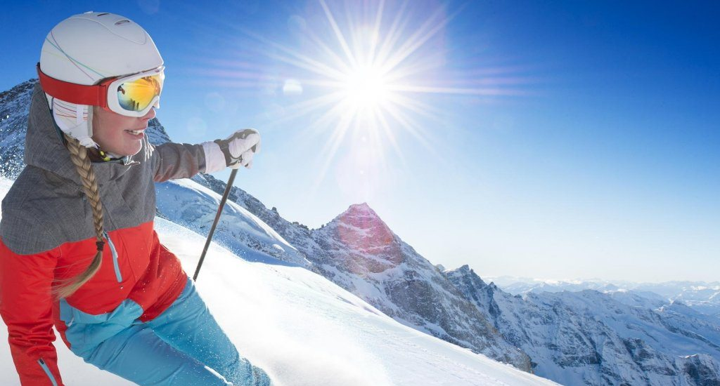 жінка на лижах у горах