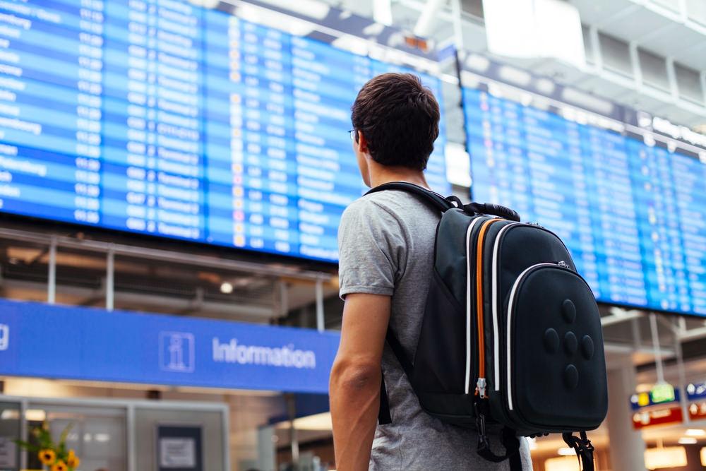 чоловік дивиться на табло в аеропорту