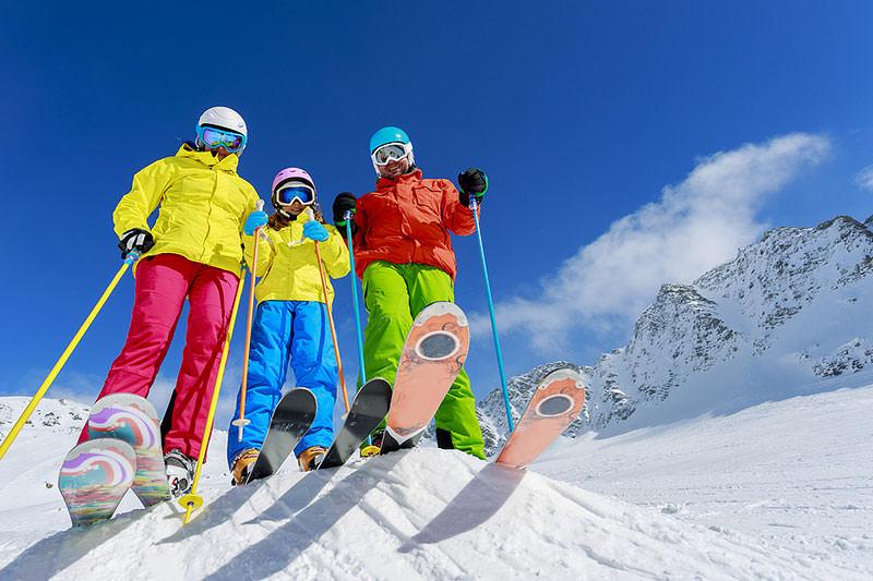 сім'я на лижах у горах