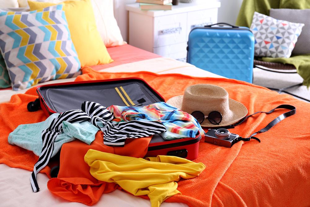 вещи для путешествия и чемодан