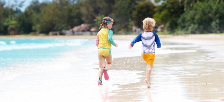 діти на пляжі